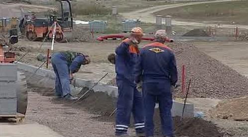 Dělníci budují infrastrukturu