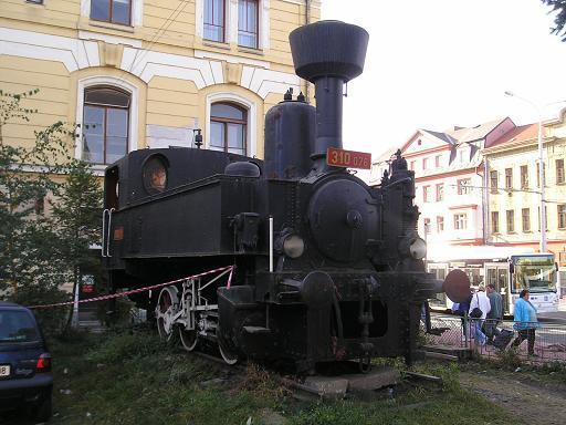 Parní lokomotiva před budějovickým nádražím
