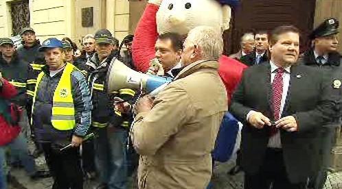 Jiří Paroubek mluví k demonstrantům
