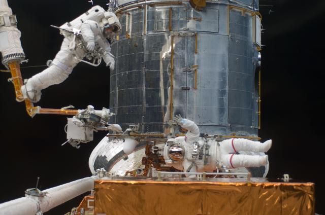 Astronauti u Hubbleova teleskopu