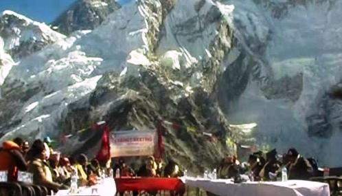 Zasedání nepálské vlády pod Everestem