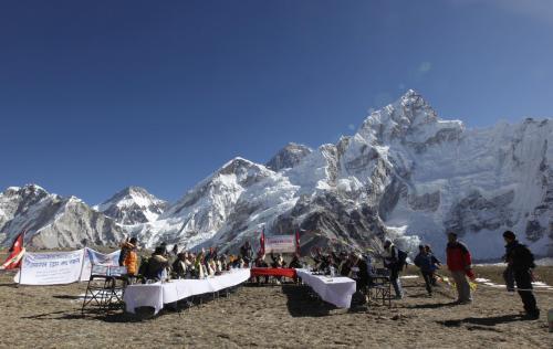 Nepálská vláda zasedá pod Mount Everestem