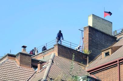 Squatteři na střeše domu v Apolinářské