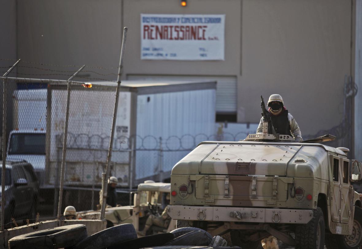 Američtí vojáci strážící americkomexickou hranici v Tijuaně