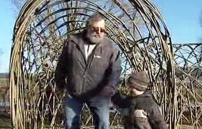 Otec se synem procházejí jednou z atrakcí