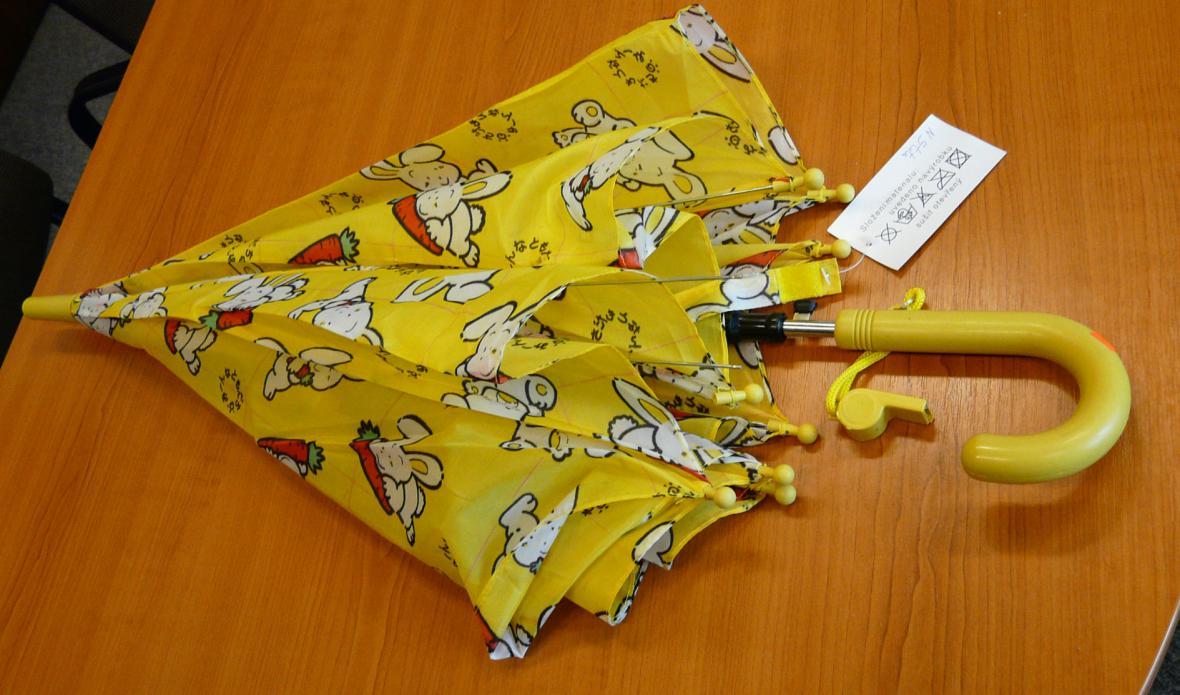 Nebezpečný vystřelovací deštník s píšťalkou