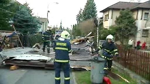 Hasiči odklízejí strženou střechu