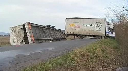 Silný vítr převrátil kamion
