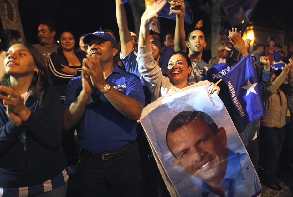 Příznivci Národní strany Hondurasu oslavují vítěství svého kandidáta
