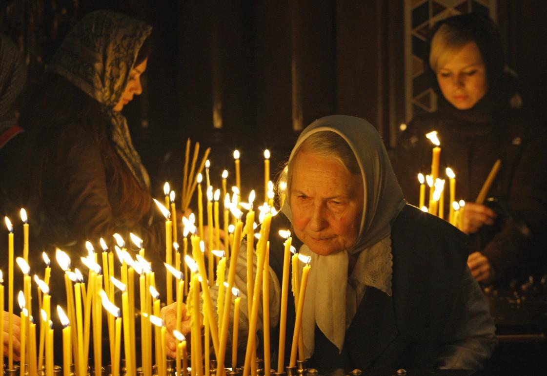 Obyvatelé Moskvy zapalují svíčky na počest mrtvých