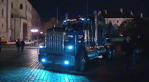 Truck přiváží vánoční strom do Prahy
