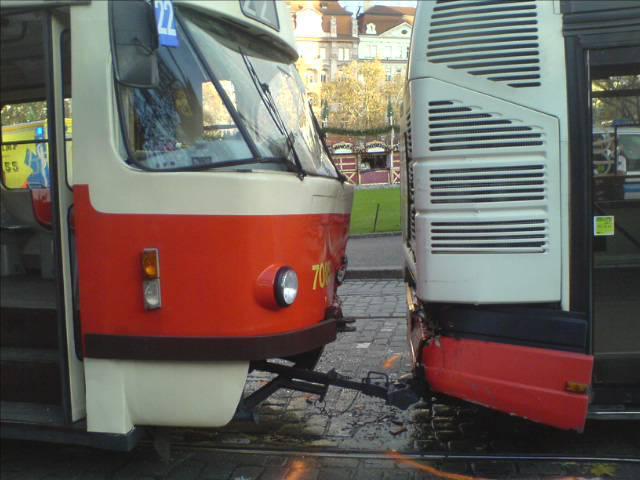 Nehoda tramvaje a autobusu