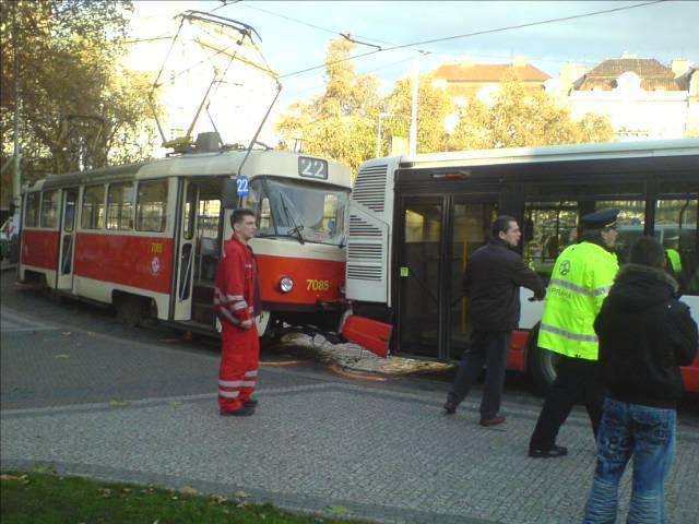 Střet tramvaje s autobusem