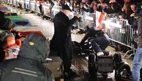 Lech Walesa po srážce s kameramanem v Berlíně