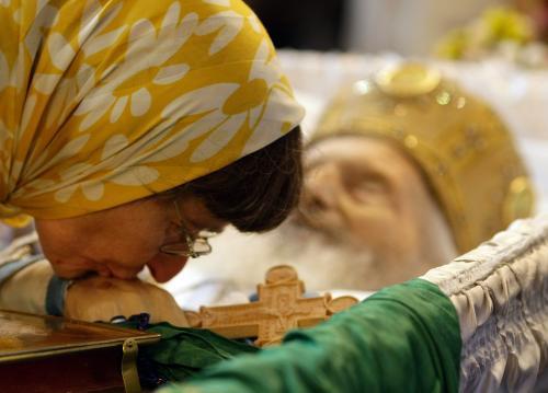 Věřící se loučí s patriarchou Pavlem