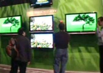 Lidé sledují moderní televizory