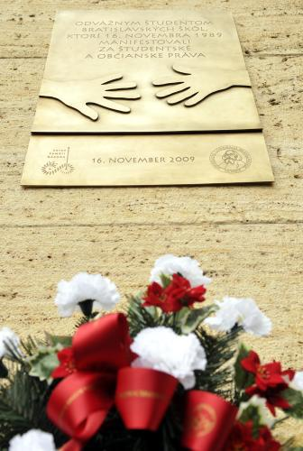 Pamětní deska k bratislavské demonstraci 16.11.1989