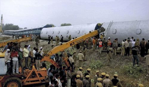 Záchranné akce u havarovaného vlaku