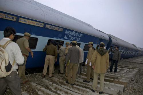 Vyprošťování cestujících z havarovaného vlaku