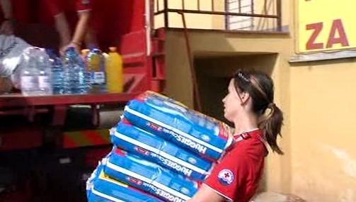 Záchranáři nakládají pomoc