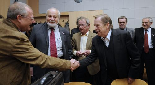 Havel se zdraví s Adamem Michnikem