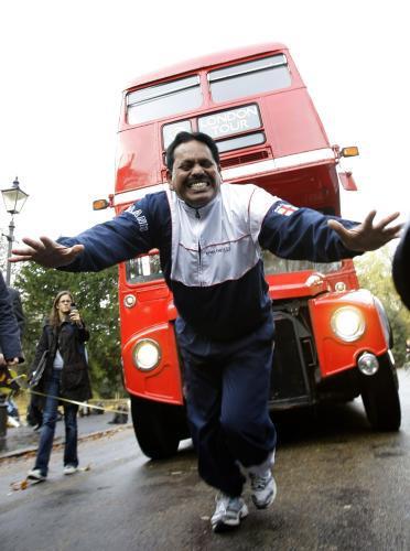 Manjit Singh táhne na vlasech autobus