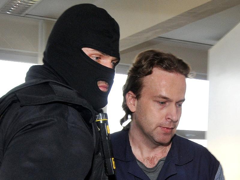 Petr Zelenka s maskovanou eskortou