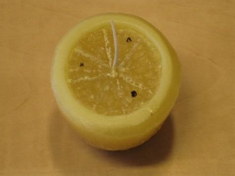 Svíčka připomínající rozkrojený citron