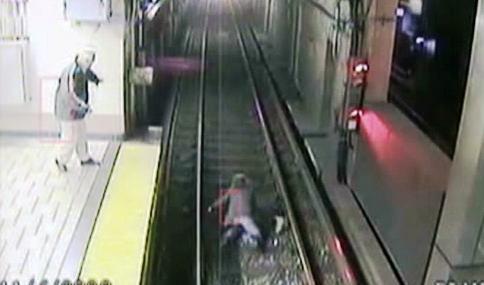 Žena ležící v kolejišti bostonského metra