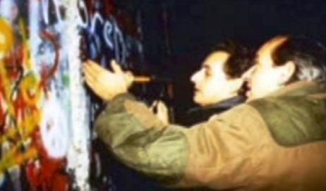Nicolas Sarkozy u Berlínské zdi