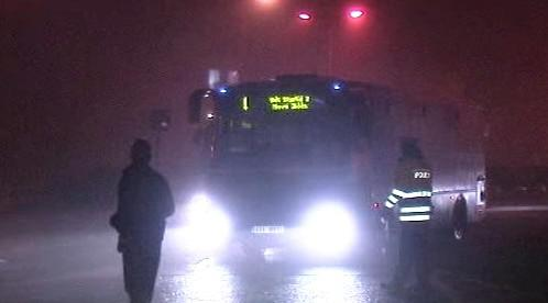 Policisté zastavují autobus