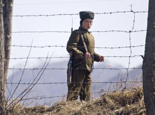 Příslušnice korejské armády střežící hranice