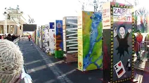 V Berlíně vyrostla zeď z obřích dominových kostek