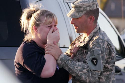 Americký voják uklidňuje svoji manželku