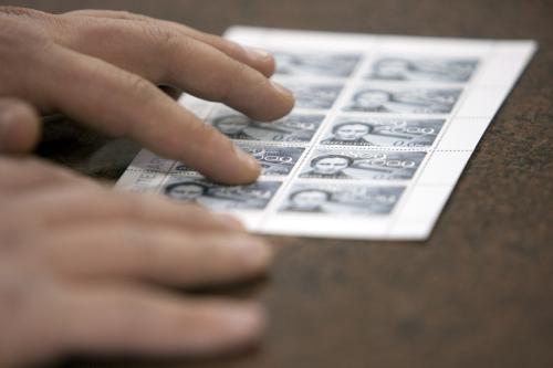 Vatikán vydal své první poštovní známky v Braillově písmu