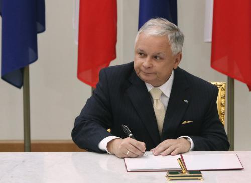 Polský prezident při podpisu ratifikačního dokumentu