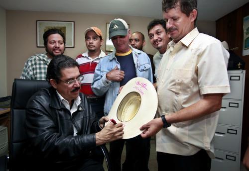 Manuel Zelaya se svými příznivci