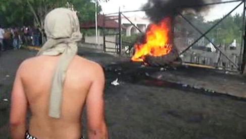 Demonstrace před prezidentským palácem v Hondurasu