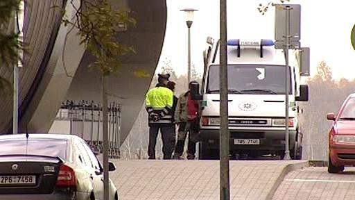 Policisté hlídkují u karlovarského letiště