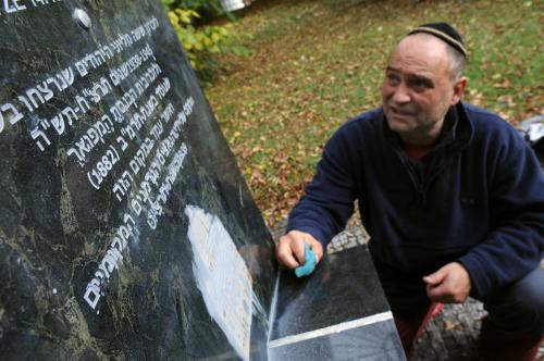 Zneuctěný pomník obětem holocaustu