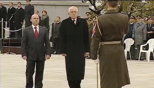 Martin Barták a Václav Klaus při pietním aktu