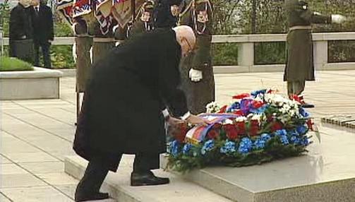 Václav Klaus při kladení věnců