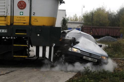 Demonstrace srážky lokomotivy s autem