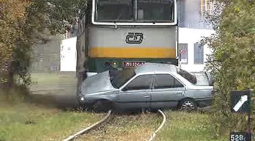 Lokomotiva tlačí auto