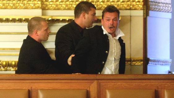 Ochranka vyvádí taxikáře Zdeňka Ponerta z galerie Poslanecké sněmovny