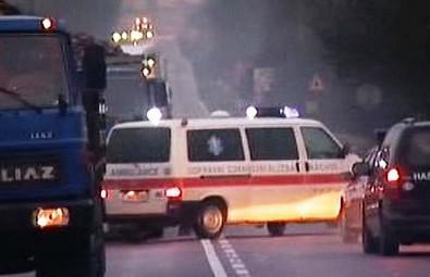 Sanitka přijíždí pro raněné po nehodě