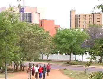 Botswaňané míří k volební místnosti