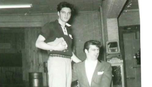 Elvis Presley (vlevo)
