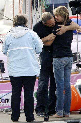 Jachtařka Jessica Watson se loučí s rodiči