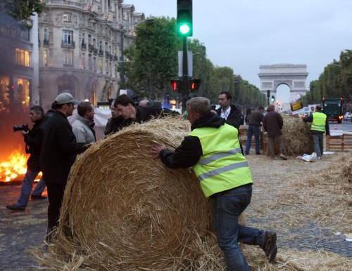 Protesty zemědělců na Champs-Elysées
